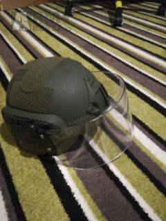 Riot helma se sklopným štítem