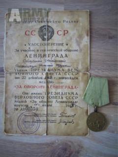 Sovětská Medaile Za obranu Leningradu s dekretem