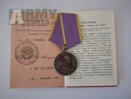"""Medaile """"za vyznamenání za práci""""s dekretem"""